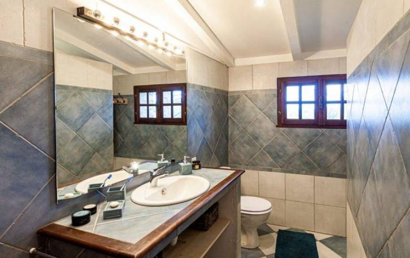 Location de vacances - Chambre d'hôtes à Saint-Césaire-de-Gauzignan - Salle de bain Chambre les Lavandes