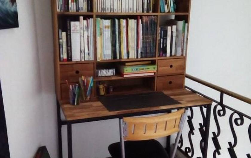 Location de vacances - Chambre d'hôtes à Villeneuve-lès-Béziers - Chambre du 2ème étage. Bureau, livres et jeux de société à disposition