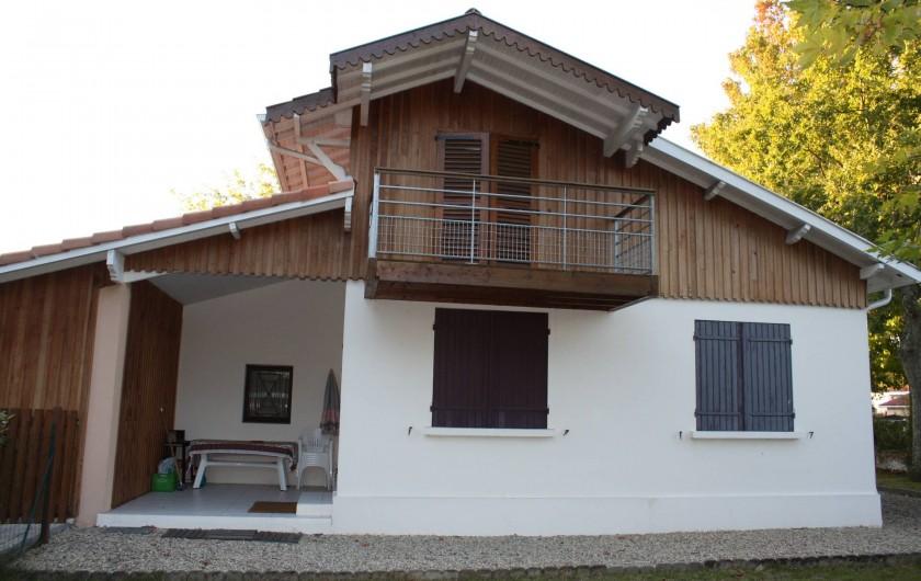 Location de vacances - Villa à Andernos-les-Bains - Façade côté jardin et terrasse couverte
