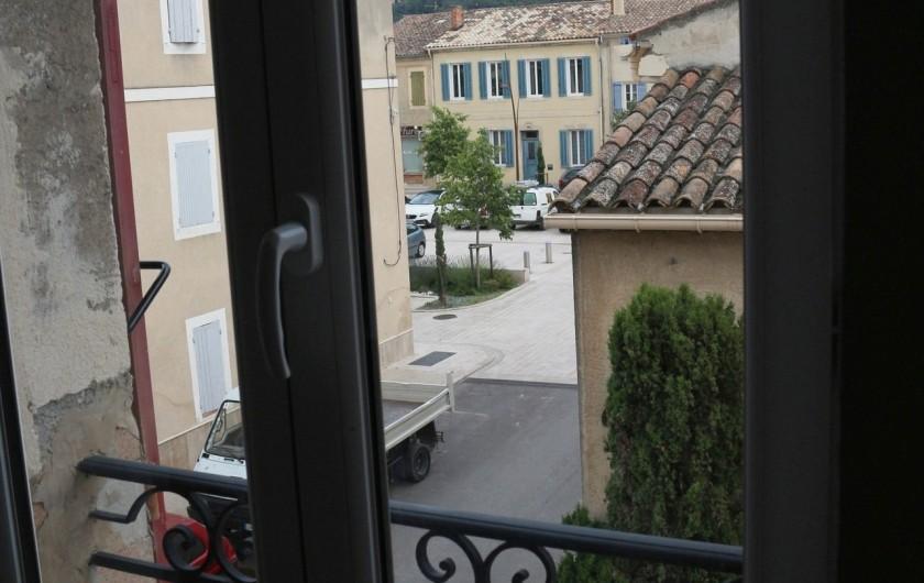 Location de vacances - Appartement à Charleval - la vue de la chambre sur le village de l'appart 5