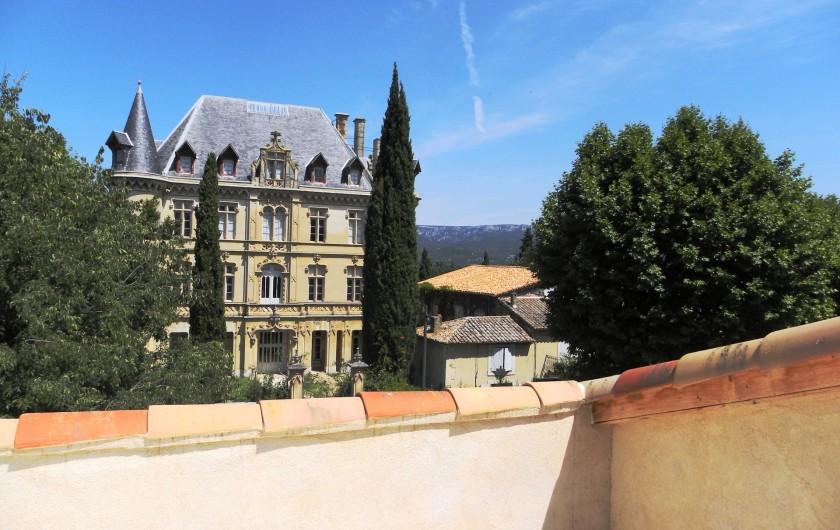 Location de vacances - Appartement à Charleval - la vue sur le château à partir de sa terrasse fraîche au nord de l'appart 5