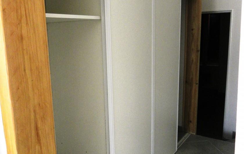 Location de vacances - Appartement à Charleval - le dégagement et son grand placard de rangement  de l'appart 5