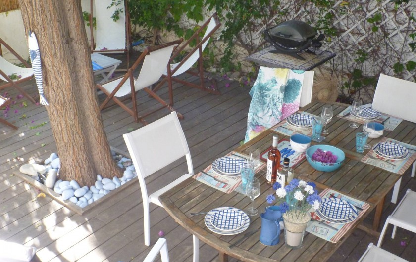 Barbecue, table, chaises, transats, parasol