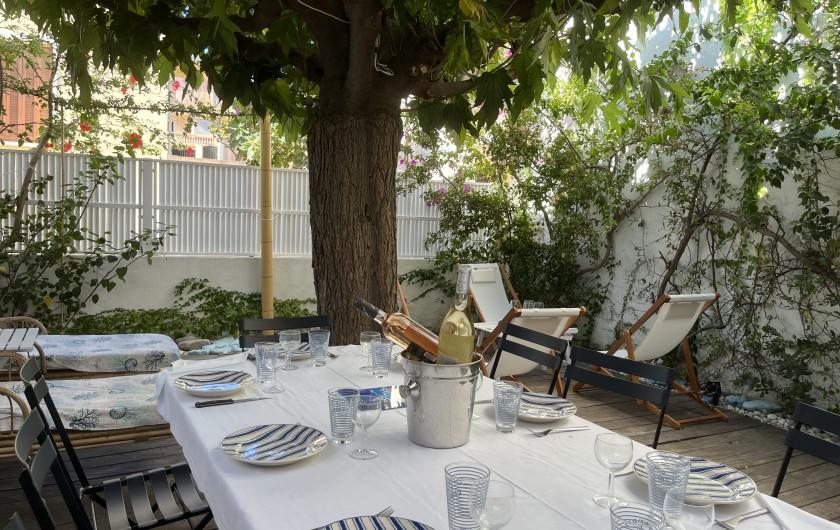 Location de vacances - Villa à Calvi - Barbecue, table, chaises, transats, parasol
