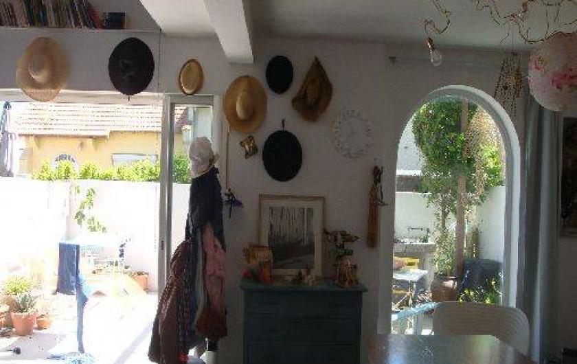 Location de vacances - Maison - Villa à Saint-Cyprien - Salon, fénêtre à galandage sur cour.