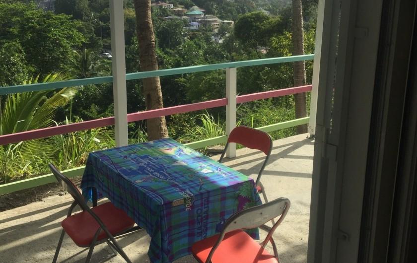 Location de vacances - Appartement à Les Abymes - Votre petit déjeuner sur la terrasse.