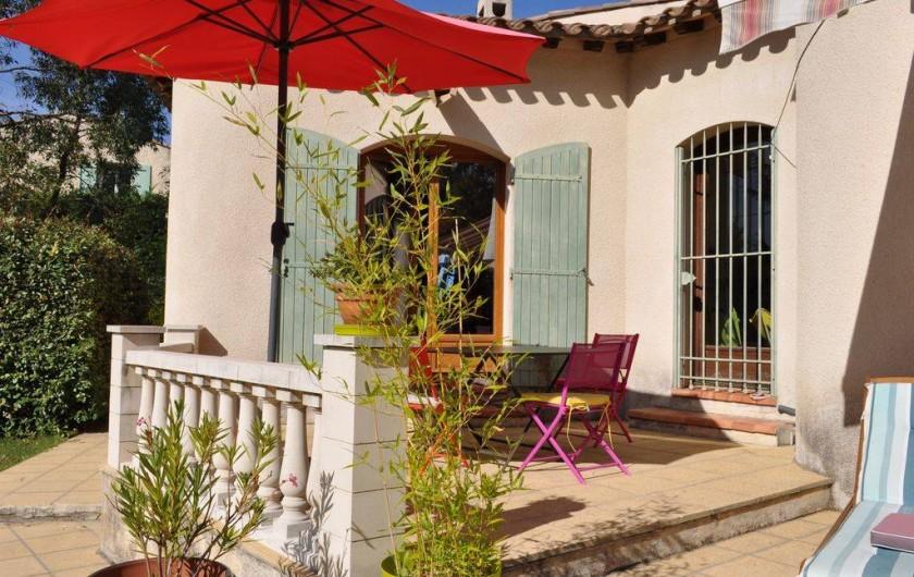 Location de vacances - Villa à Saint-Génies-de-Malgoirès - Salle à manger maison extérieur proximité cuisine