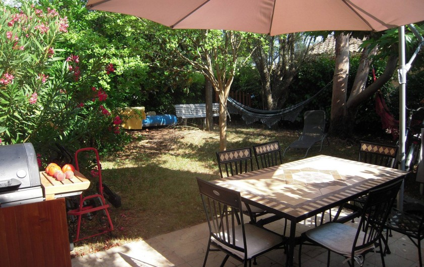 Location de vacances - Maison - Villa à Vallon-Pont-d'Arc - le jardin clos et ombragé