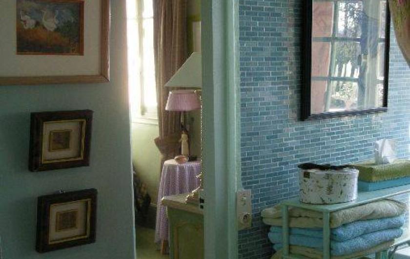 """Location de vacances - Chambre d'hôtes à Les Andelys - La salle de bains des """"Hortensias"""" en lumière naturelle"""