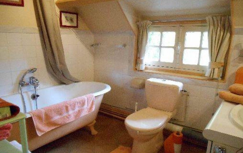 """Location de vacances - Chambre d'hôtes à Les Andelys - La salle de bains des """"Jonquilles"""" en lumière naturelle"""