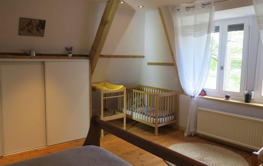 Location de vacances - Gîte à Barentin - chambre 2 : lit bébé et table à langer