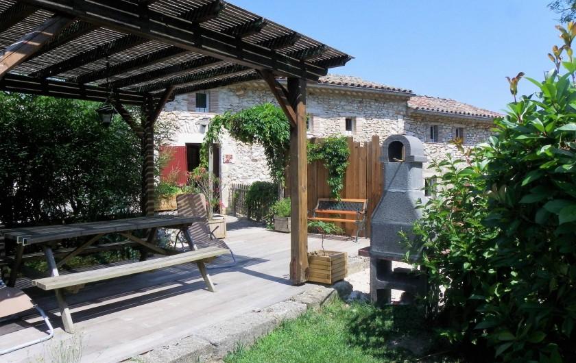 Location de vacances - Gîte à Tharaux - le gîte et sa terrasse