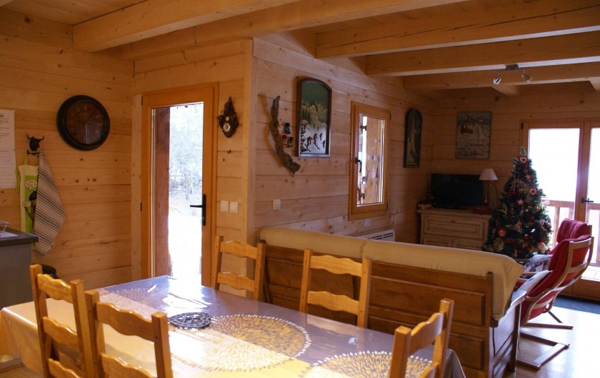 Location de vacances - Chalet à Saint-Paul-sur-Ubaye - espace cuisine suivie du salon