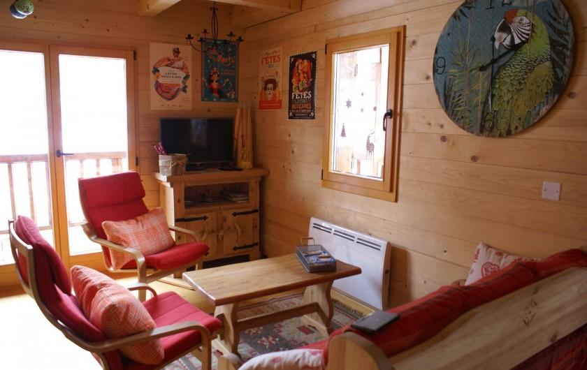 Location de vacances - Chalet à Saint-Paul-sur-Ubaye - espace salon , un canapé et deux fauteuils , téléviseur , table basse.