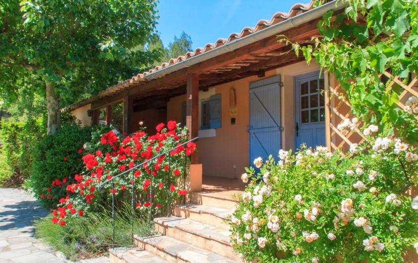 Location de vacances - Gîte à Chateauvert - Terrasse couverte et entrée