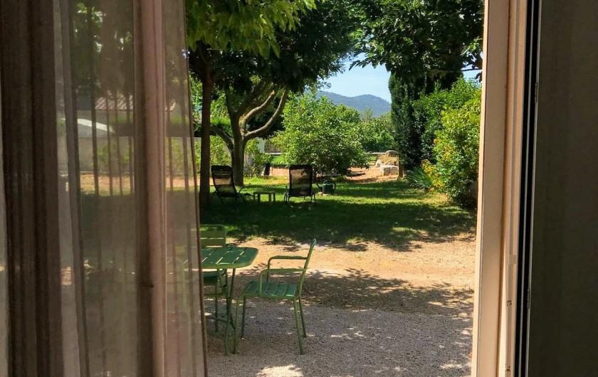 Location de vacances - Gîte à Gémenos - Baie vitrée avec accès direct dans le jardin