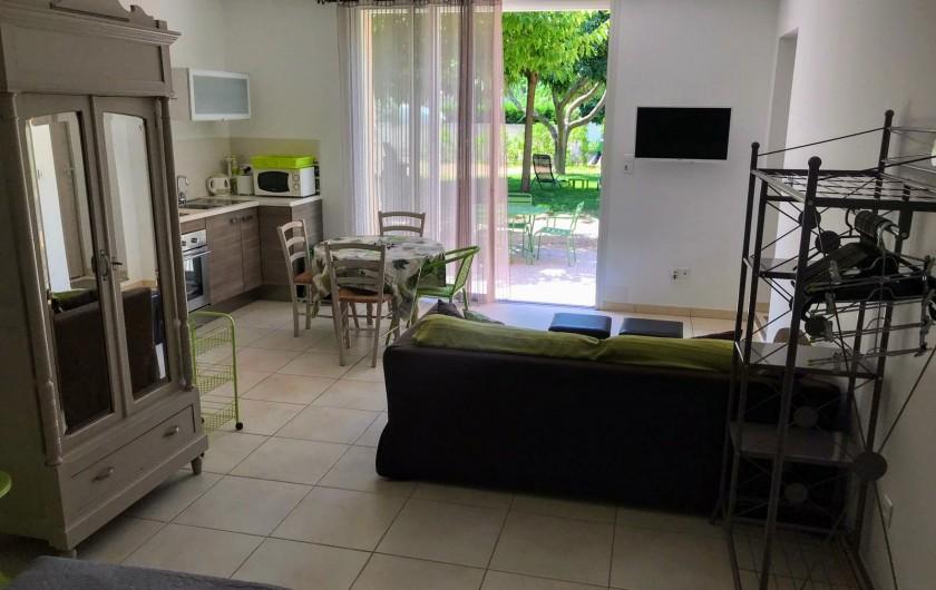 Location de vacances - Gîte à Gémenos - Coin salon/cuisine avec Ecran plat