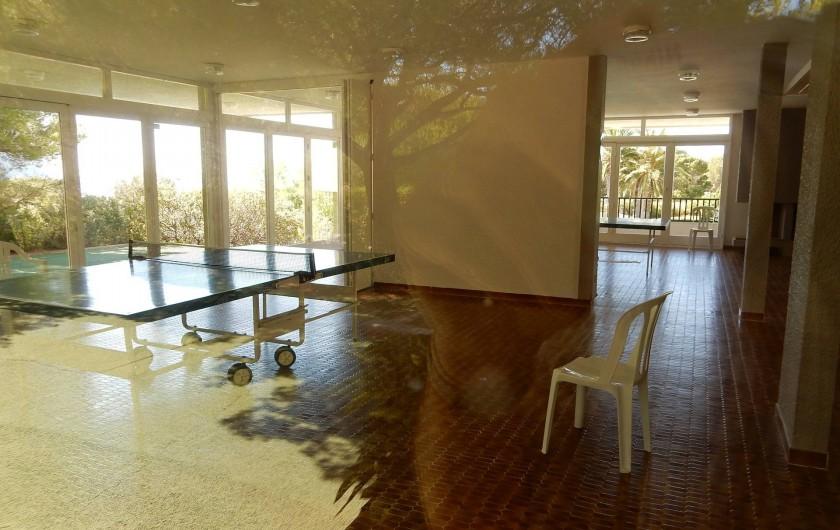 Location de vacances - Appartement à Cassis - le club house de la piscine et 2 tennis de table