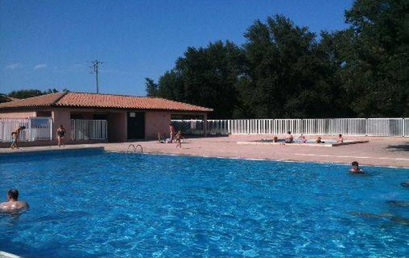 Location de vacances - Villa à Saint-Cyprien - Les 2 piscines, la grande à l'avant plan et la petite à l'arrière plan