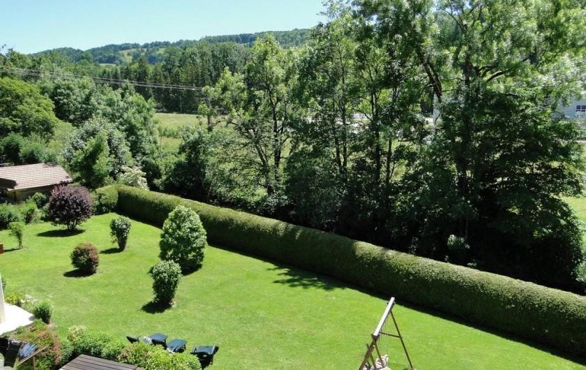 Location de vacances - Gîte à Foncine-le-Haut - Vue dégagée sur le jardin arboré et la montagne