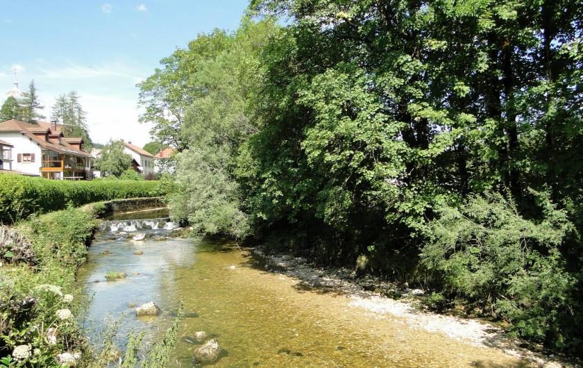 Location de vacances - Gîte à Foncine-le-Haut - Gîte situé en bordure de rivière La Saine