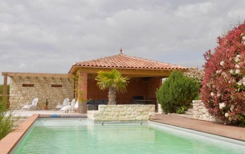 Location de vacances - Villa à Castin - La piscine et son pool house