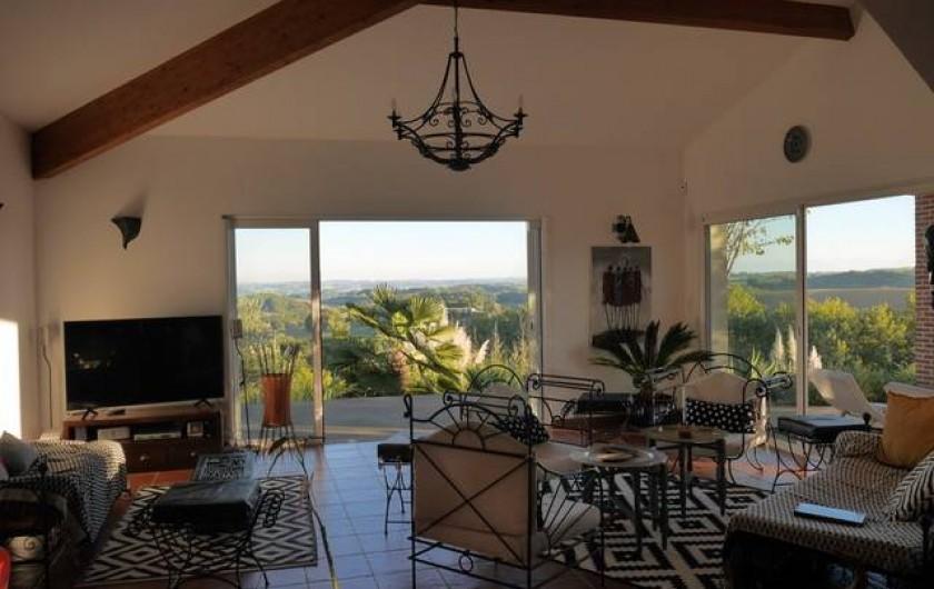Location de vacances - Villa à Castin - Vue du salon et du jardin en arrière plan