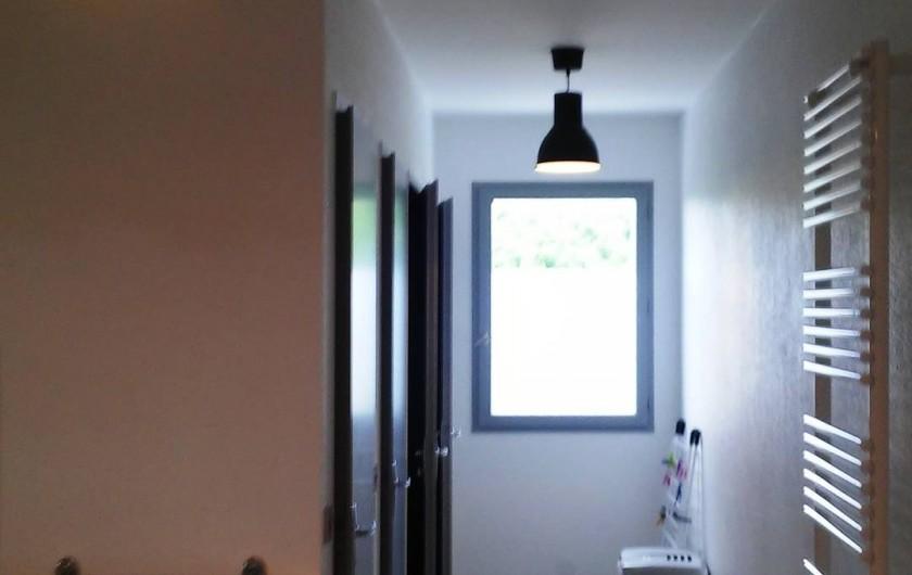 Location de vacances - Gîte à Odenas - séche serviettes et accès douches et wc gite domaine du barvy