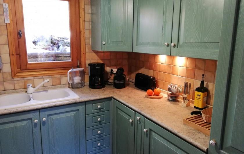 Location de vacances - Chalet à Saint-Nicolas de Véroce - La cuisine (frigos et congélateur machines à café grille pain)