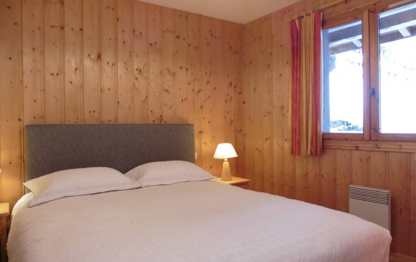 Location de vacances - Chalet à Saint-Nicolas de Véroce - La chambre avec grand lit du rez-de-chaussée