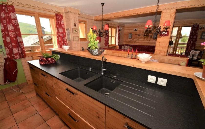 Location de vacances - Chalet à L'Alpe d'Huez - cuisine avec vue sur la salle à manger