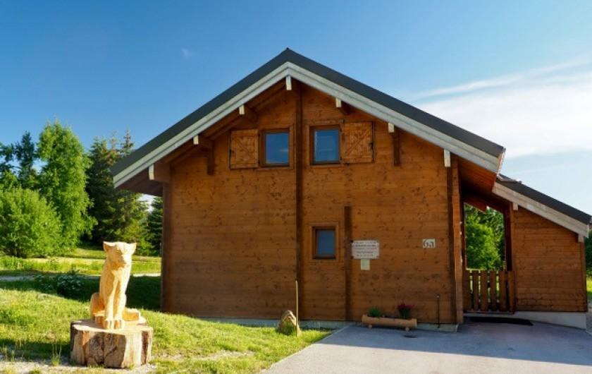 Location de vacances - Chalet à La Pesse - côté nord avec la louve et le parking 3 places