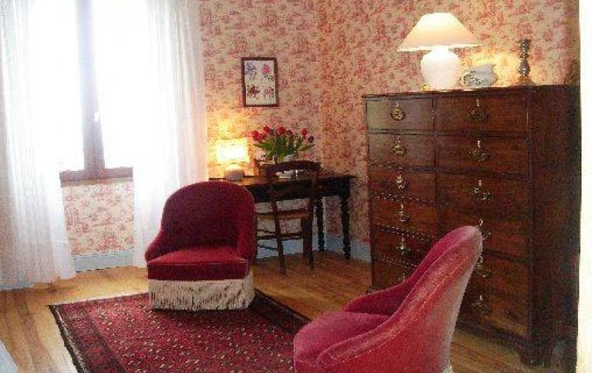 Location de vacances - Maison - Villa à Mirannes - Chambre framboise, 2 fauteuils, commode