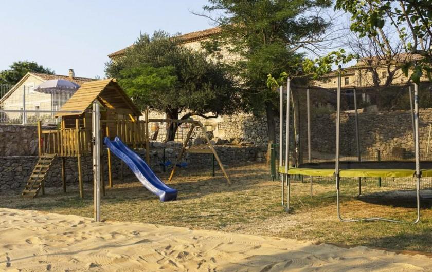 Location de vacances - Gîte à Seynes - BEACH-VOLLEY BADMINTON AIRE DE JEUX cabane toboggan balançoire et TRAMPOLINE