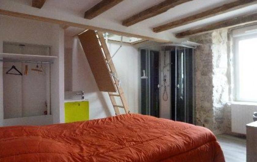 Location de vacances - Gîte à La Chapelle-Largeau - chambre avec douche du Gîte N°3 escalier vers mezzanine