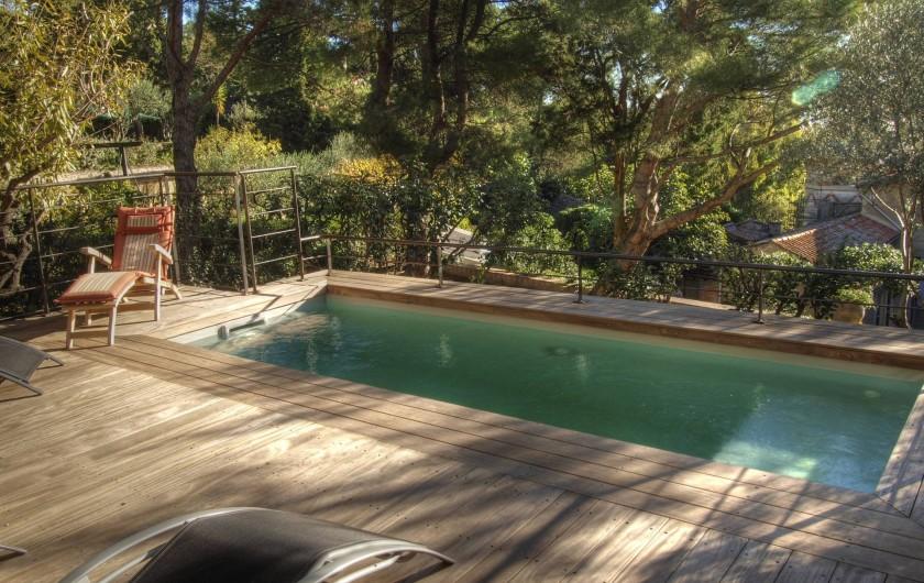 Location de vacances - Appartement à Sète - La piscine avec vue sur le parc et l'école des Beaux Arts.
