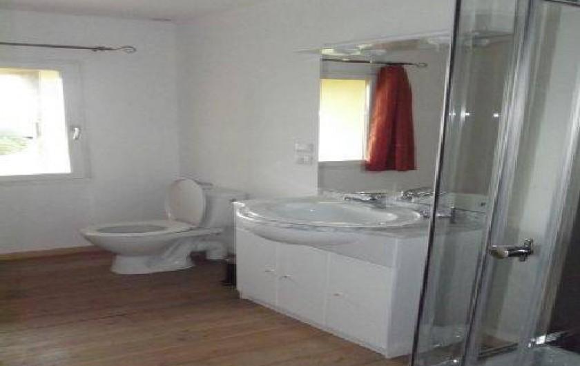Location de vacances - Gîte à Champagnac - salle d'eau avec cabine a douche