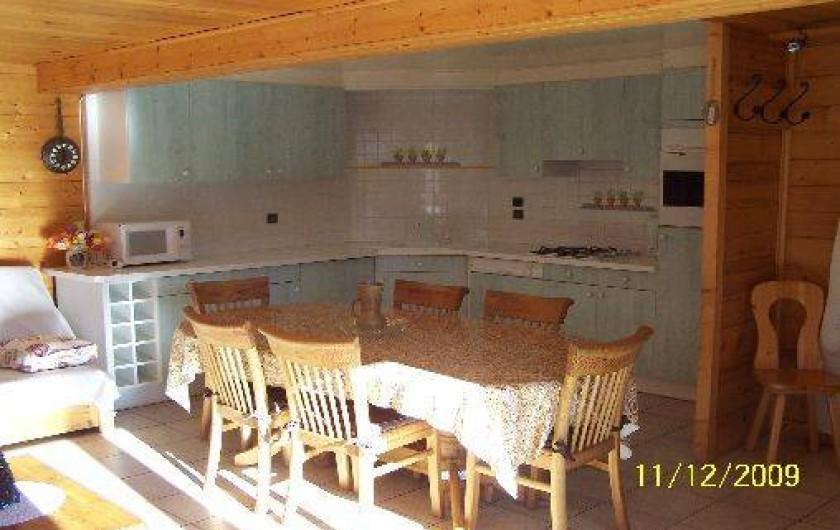 Location de vacances - Chalet à Le Grand-Bornand - salle à manger avec vue sur la cuisine