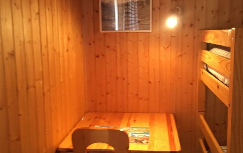 Location de vacances - Chalet à Le Grand-Bornand - Bureau dans chambre enfants