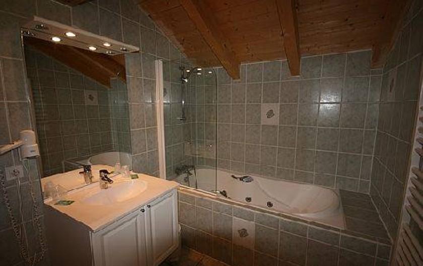 Location de vacances - Chalet à Châtel - salle de bain  en suite de la 3