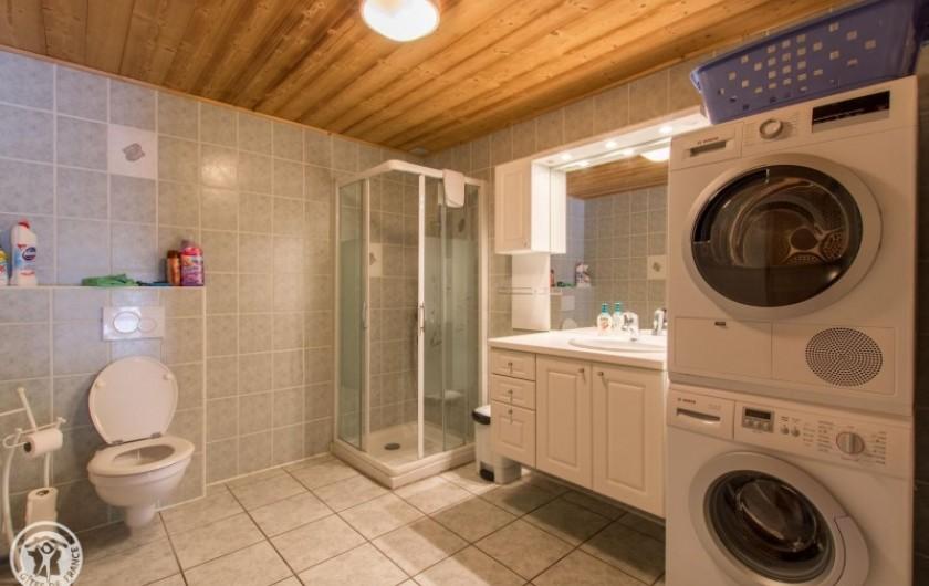 Location de vacances - Chalet à Châtel - salle de bain avec  douche  a cote de la salle de jeux et local a ski