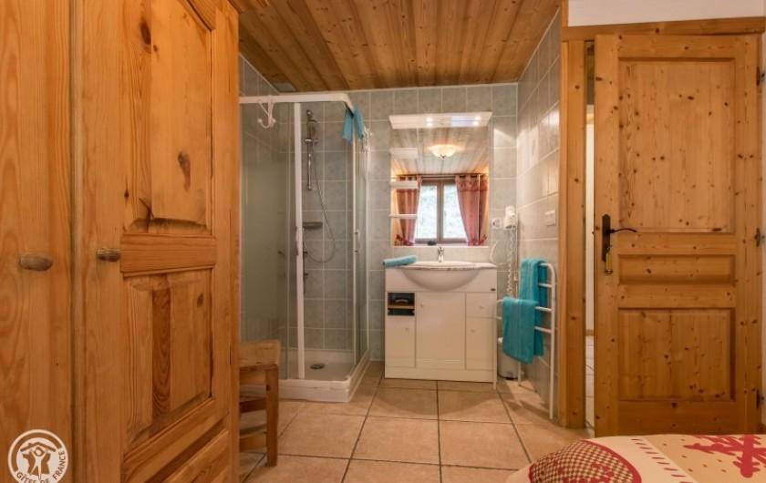 Location de vacances - Chalet à Châtel - coin douche de la chambre 2