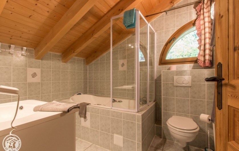 Location de vacances - Chalet à Châtel - salle de bain de la chambre et chambron en suite 6