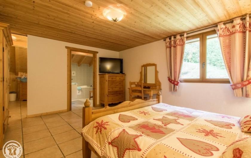 Location de vacances - Chalet à Châtel - chambre 5 avec salle de bain en suite balnéo  et coin  lit bebe et lit 1 pers