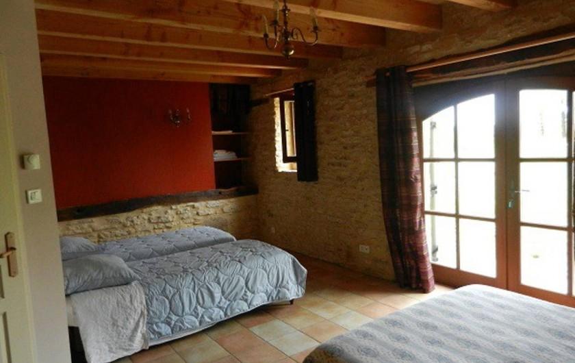 Location de vacances - Gîte à Dégagnac - Chambre au rèz de chaussée  avec un grand lit et deux petits lits