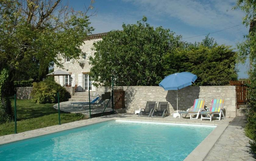 Location de vacances - Maison - Villa à Lauzerte - Piscine cloturée avec chaises longues et parasols