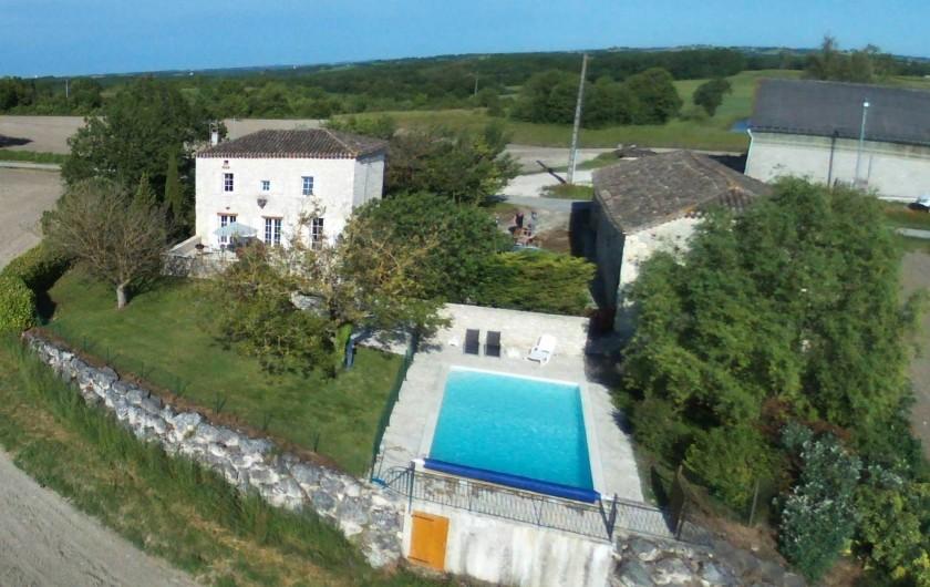 Location de vacances - Maison - Villa à Lauzerte - vue aerienne - Grange a droite