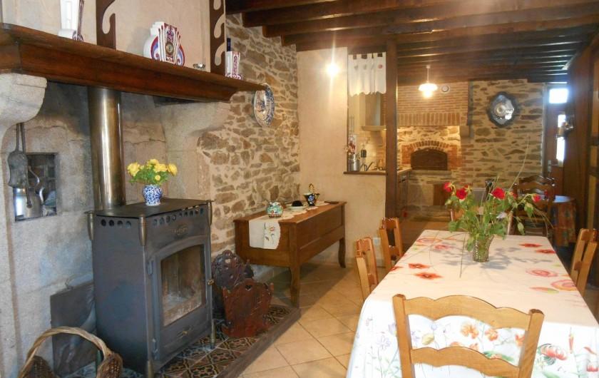 Location de vacances - Maison - Villa à Nouzerolles - salle à manger et cuisine attenante dans le fond; feu au bois Godin