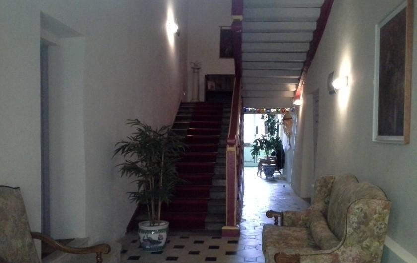 Location de vacances - Chambre d'hôtes à Saint-Trivier-de-Courtes - Notre entrée d'où s'élance la belle montée d'escaliers