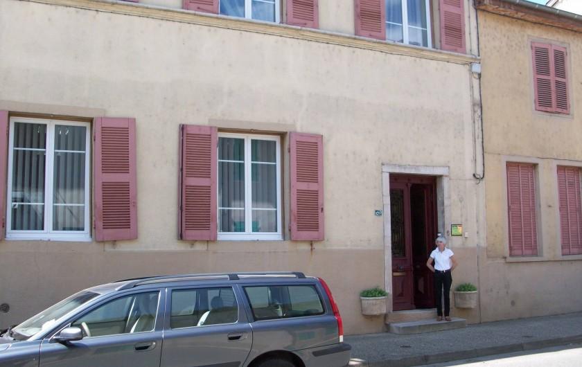 Location de vacances - Chambre d'hôtes à Saint-Trivier-de-Courtes - Côté rue où les hôtes arrivent à la Thébaïde